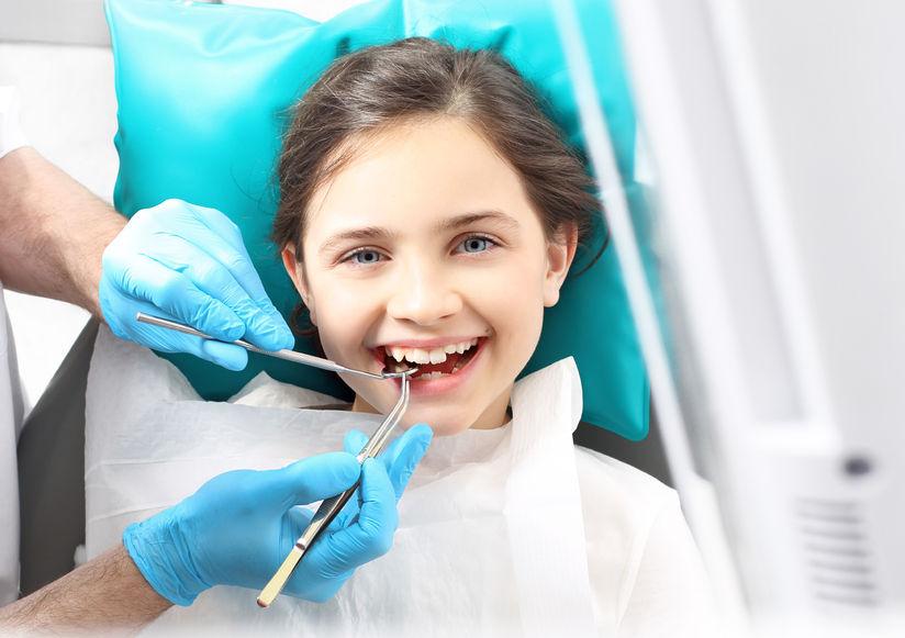 Bambina dal dentista